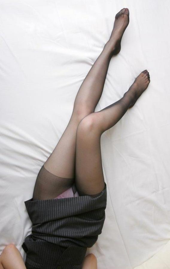 【パンチラエロ画像】ミニスカ履いて寝るから丸見えなパンチラ女子たち(;´Д`)