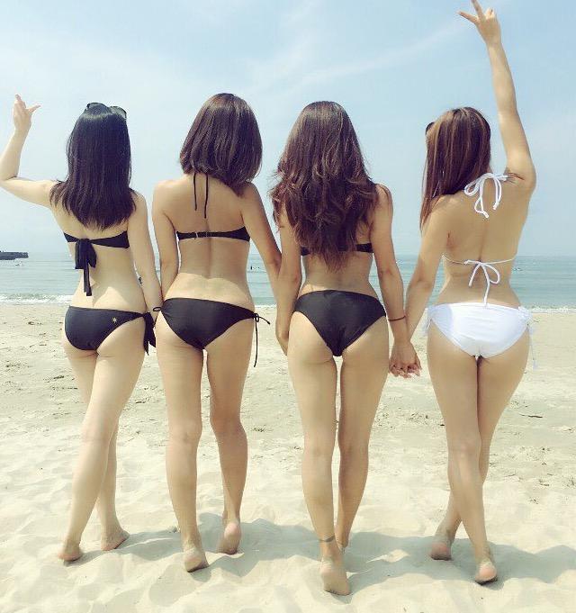 【水着エロ画像】皆食い込んでるwビーチの見どころといったらビキニのハミ尻(゚A゚;)