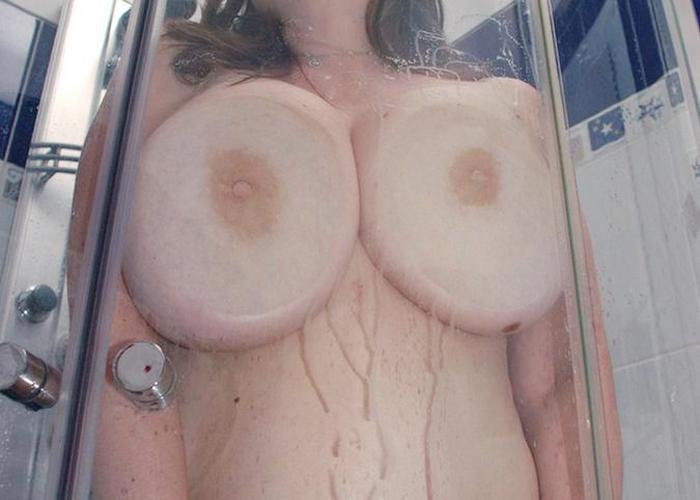 【巨乳エロ画像】ガラスにむにゅっ!押し付け真っ最中の生おっぱい(;´Д`) | 可愛いエロ画像盛り沢山! 表紙