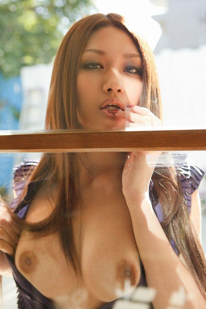 【巨乳エロ画像】ガラスにむにゅっ!押し付け真っ最中の生おっぱい(;´Д`)