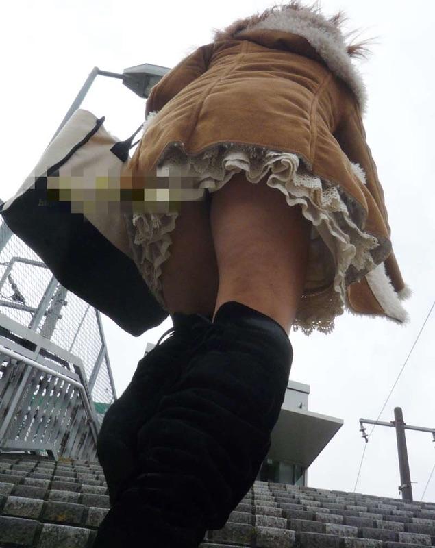 【パンチラエロ画像】斜め下から狙いを定めてミニスカ内部に迫る!(`・ω・´)
