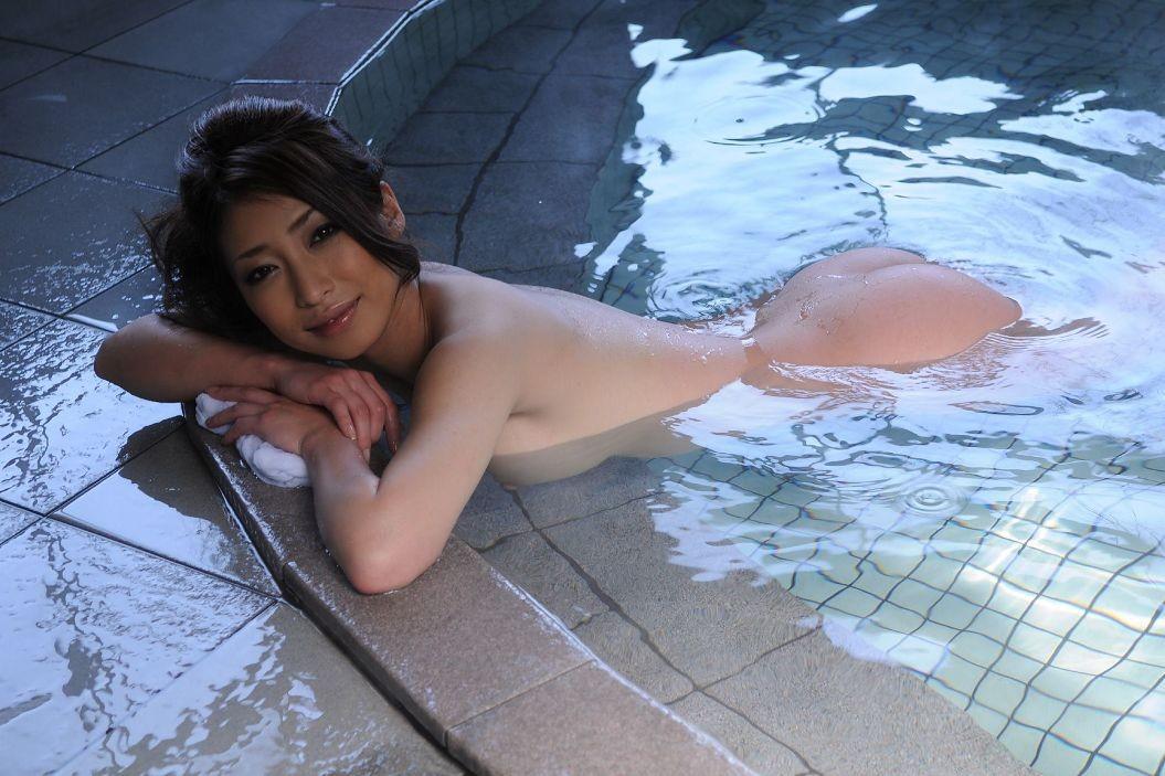 【入浴エロ画像】湯船を満喫中な美女たちの裸のイヤらしさは異常(;´∀`)