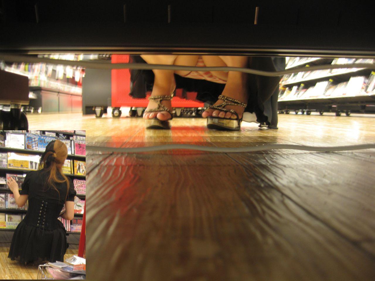 【パンチラエロ画像】棚下の向こう側には…物色中の座りパンチラ覗き(;・∀・)