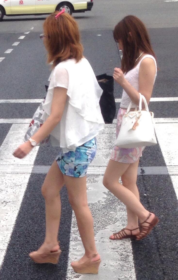 【美脚エロ画像】脚に自信があるから見せている街角ミニスカ女子!(;´Д`)