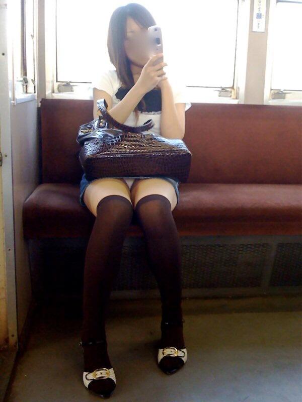 【パンチラエロ画像】対面からこっそり覗くのがイイ電車内パンチラ(;´∀`)