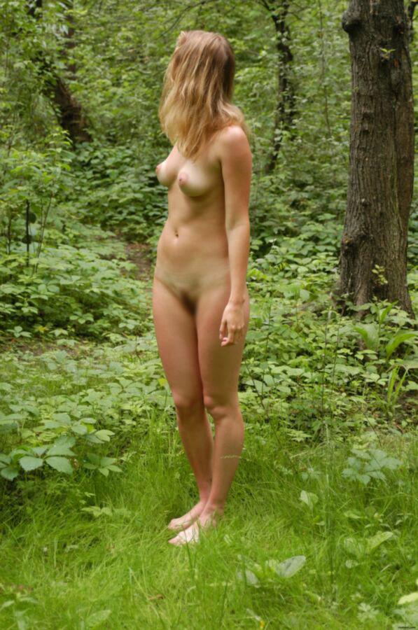【海外エロ画像】虫とか不安…自然の中で全裸になった海外美女たち(;´Д`)
