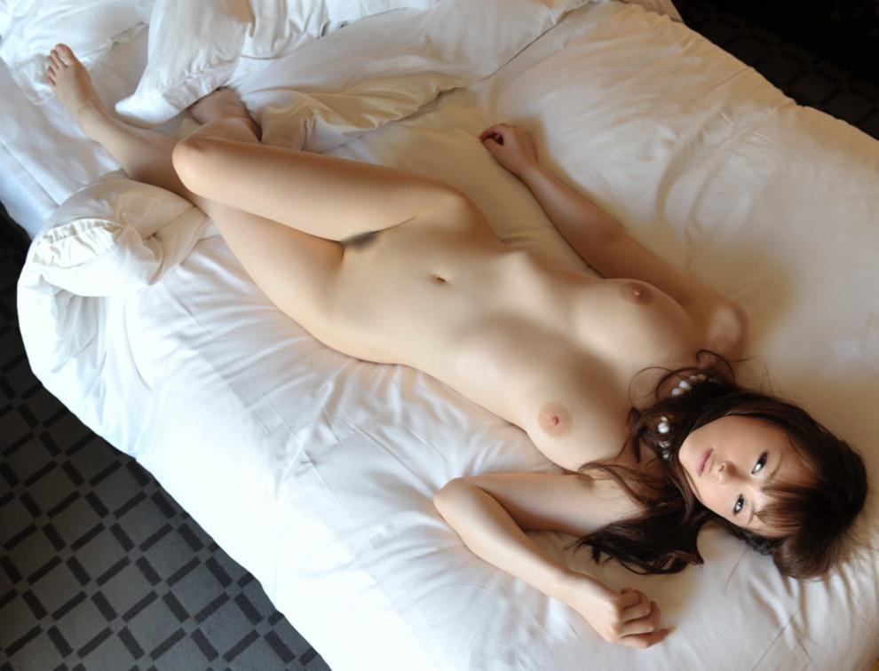【巨乳エロ画像】丸くない程柔らかいw崩れてもそそる寝転びおっぱい(;´Д`)