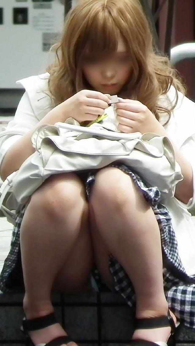 【パンチラエロ画像】腰掛けたミニスカ女子を逃さず狙った座りチラ観察!(;´Д`)