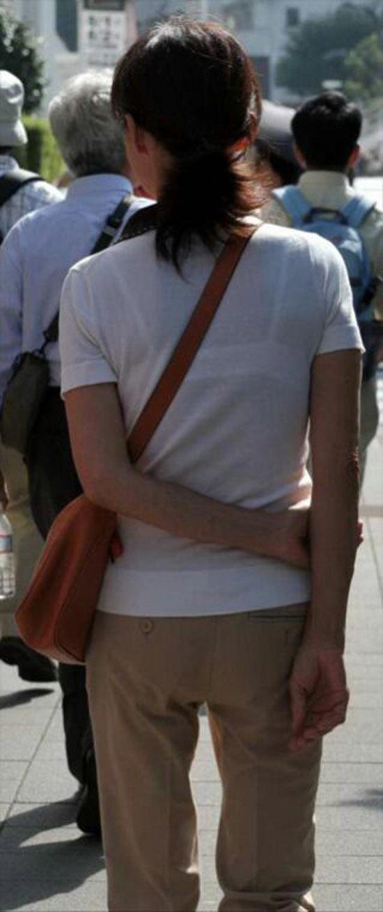 【透けブラエロ画像】正面も気になってしまう背中のブラ透け撮り(;^ω^)