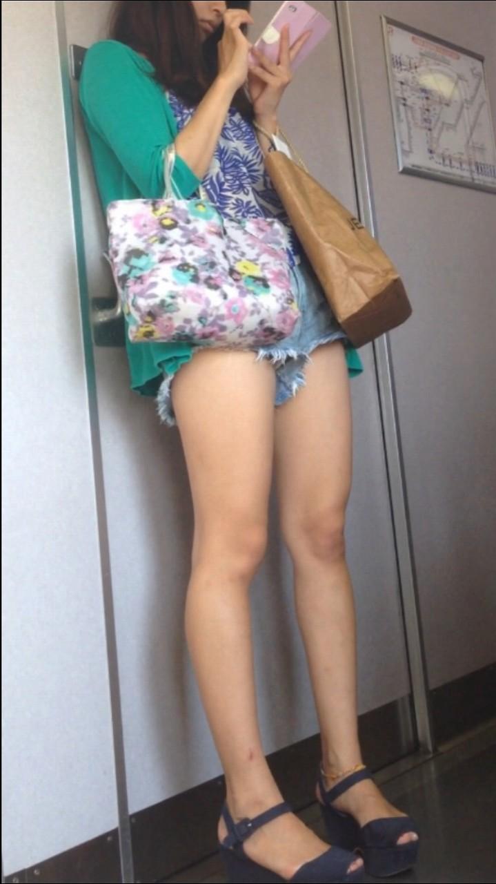 【美脚エロ画像】健康的な脚の持ち主に似合い過ぎたショーパン姿!(;´Д`)