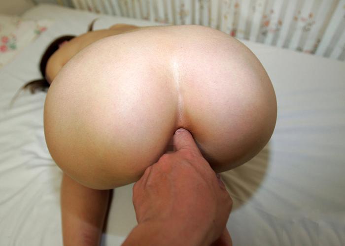 【アナルエロ画像】太いのが入る前にまずは…指イジされる女の尻穴!(;´Д`)