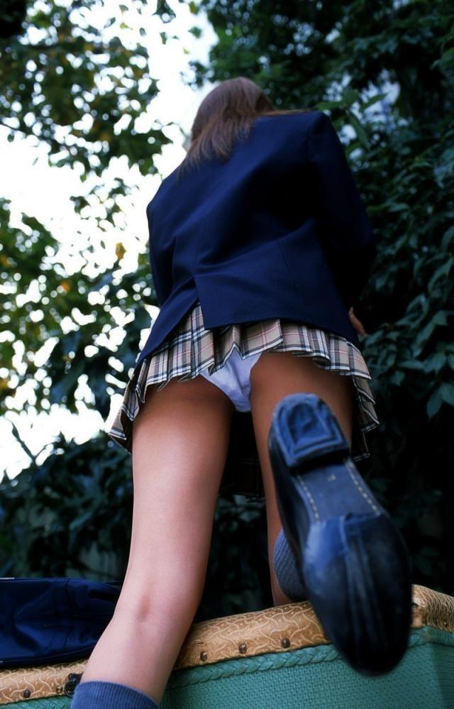 【パンチラエロ画像】甘酸っぱいのがそそられる制服娘のスカート内覗き(;゚Д゚)