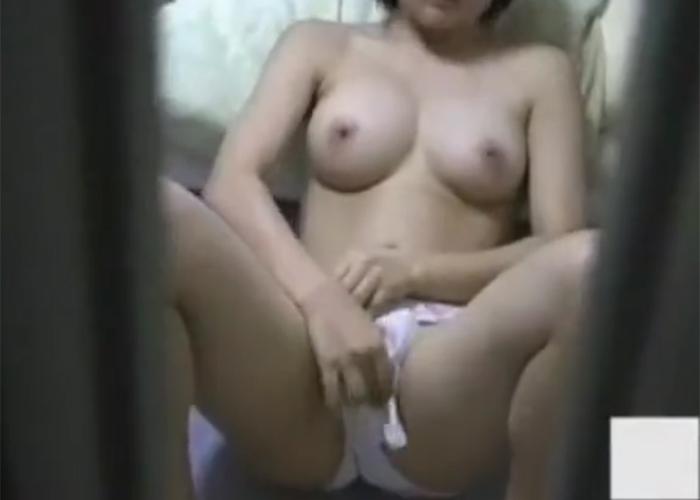 【エロ動画】家の中でだらしなくオナニー中の姿を覗かれた妹ちゃん!(;゚∀゚)=3