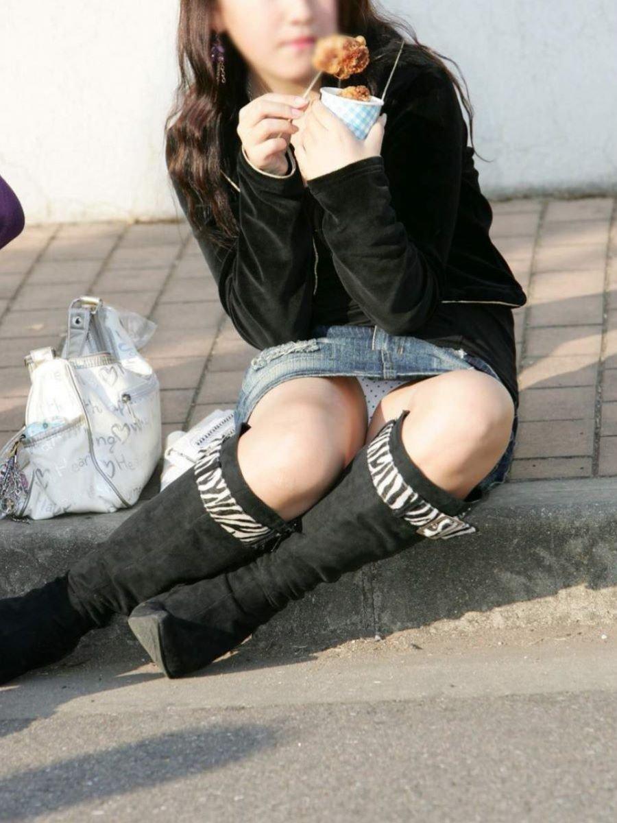 【パンチラエロ画像】座って隙あり!広場でパンチラ大豊作(;^ω^)