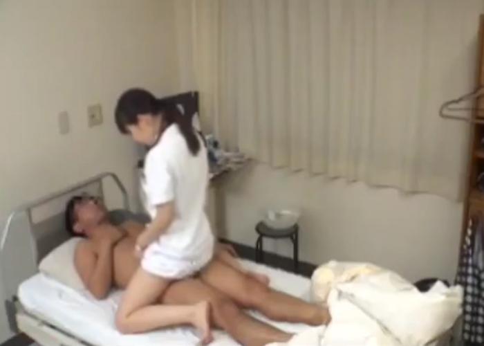 【エロ動画】患者を脱がせて上に跨っちゃう献身的なナース!(;゚∀゚)=3