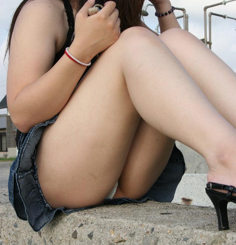 【股間エロ画像】体育座りで目立つ微妙に膨らんだパンツ越しの中心(;´Д`)