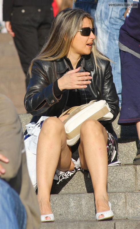 【パンチラエロ画像】ミニ履いたらオープン気味な海外女性たちの座りチラ(゚A゚;)