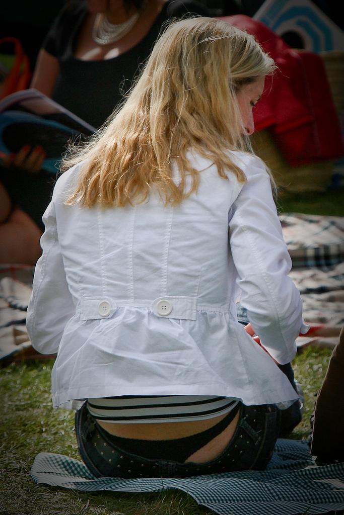 【ローライズエロ画像】最初からズレてた裾から下着と半ケツ見えるローライズ!(;´Д`)