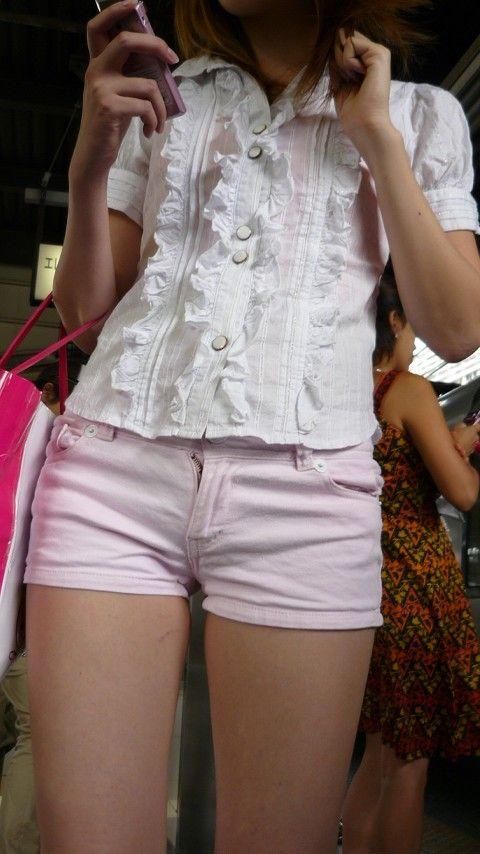 【美脚エロ画像】夏を楽しくさせてくれる街角ショーパン美脚女子(;´∀`)