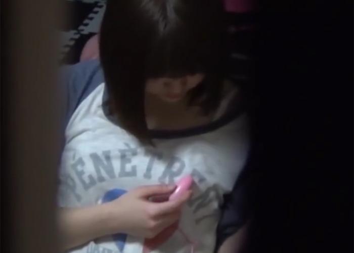 【エロ動画】自宅でローター操っている姿を暴かれたパイパンん妹!(;゚∀゚)=3 01