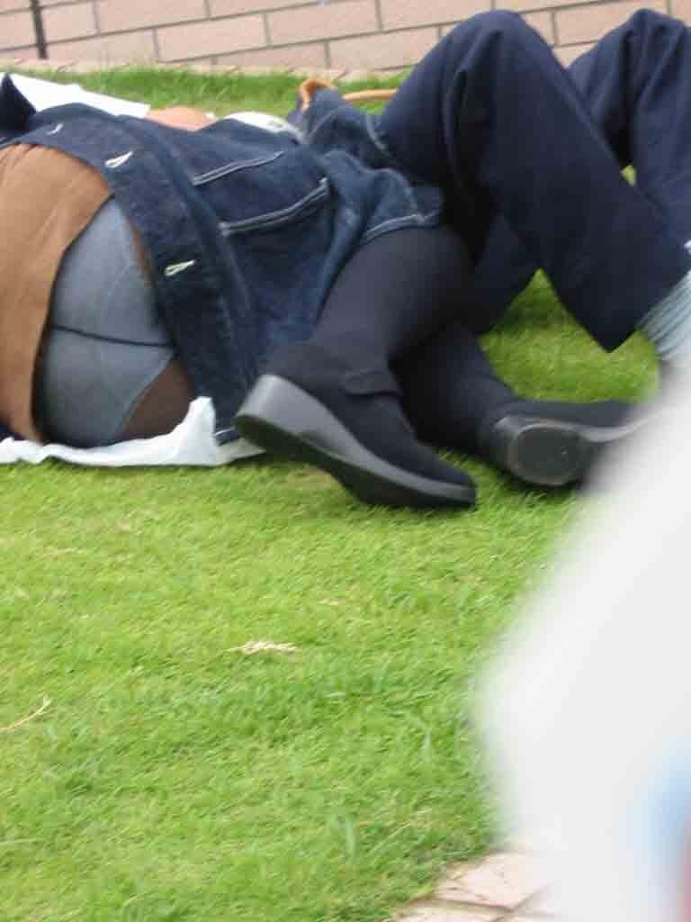 【パンチラエロ画像】天気の良い日に広場で入れ食いできた素人パンチラ(;´Д`)