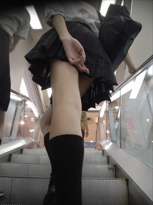 【チラリズムエロ画像】いちいち隠しやがって…ミニスカ押さえて見えそで見えぬ(; ・`д・´)