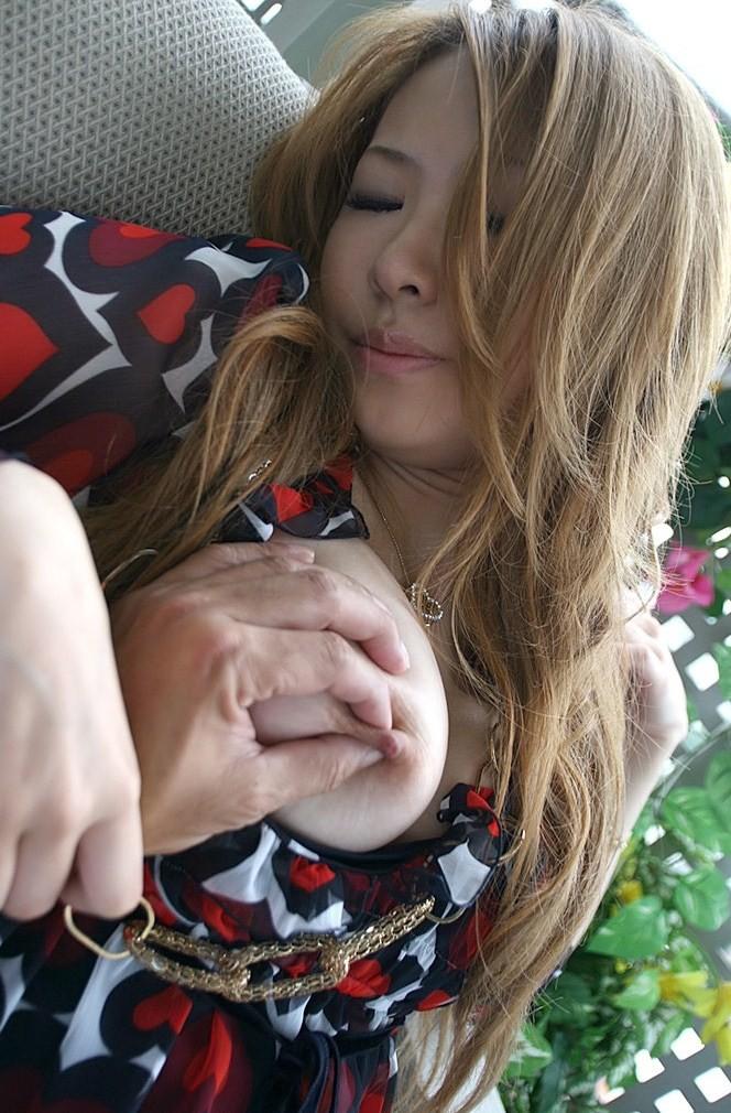【乳頭エロ画像】ワンタッチで体中に電撃が…敏感な女の乳首責め(;^ω^)