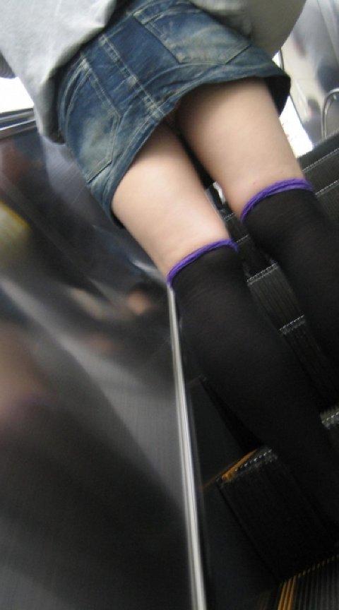 【パンチラエロ画像】じっくり見上げて焼き付けたいローアングルのパンツと尻!(;^ω^)