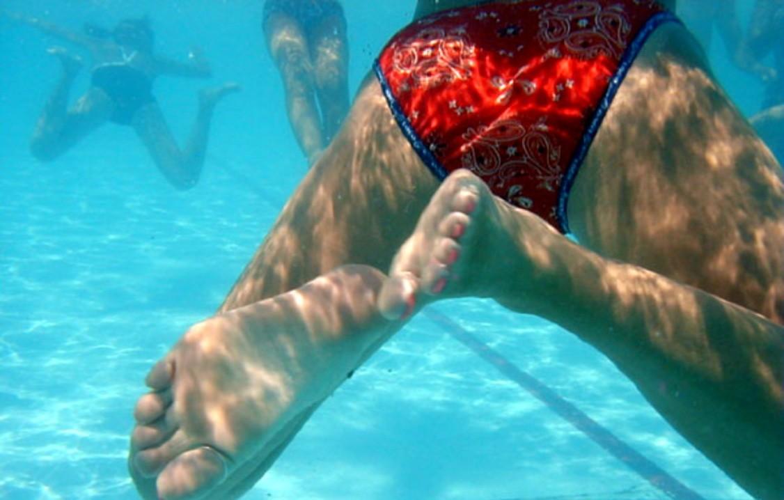 【水中エロ画像】涼みながら興奮できる水の中で揺れる女体観察!(;´∀`)