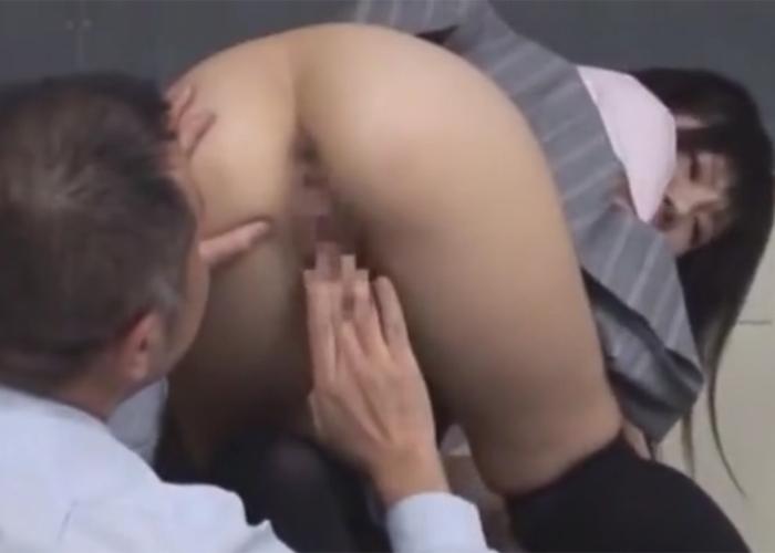 【エロ動画】変態教師と教室でヤッちゃっている美少女JK!(;゚∀゚)=3
