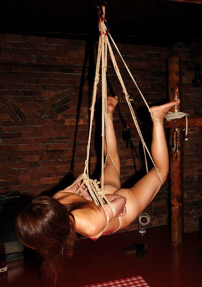 【SMエロ画像】恥部が際立つように縄を巻きつけられた緊縛M女たち(;゚Д゚)