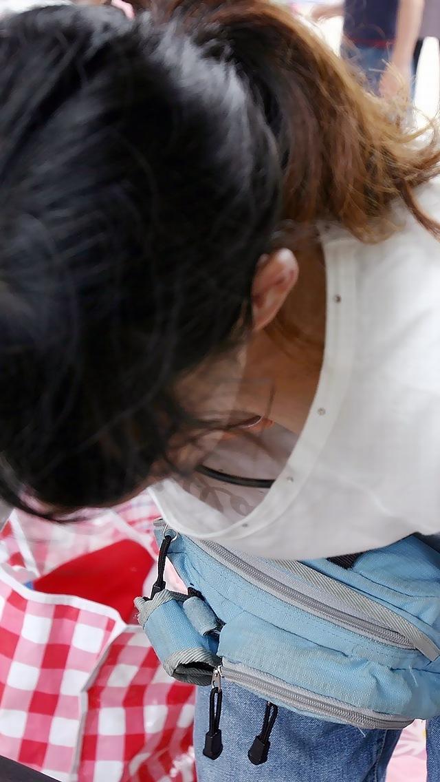 【胸チラエロ画像】だって見えてるし…視線が集まる胸元の緩みの向こう側(;´∀`)