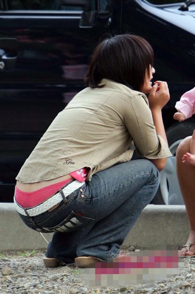 【ローライズエロ画像】しゃがめばハミ出るローライズ女子の丸見えパンツ!(;・∀・)