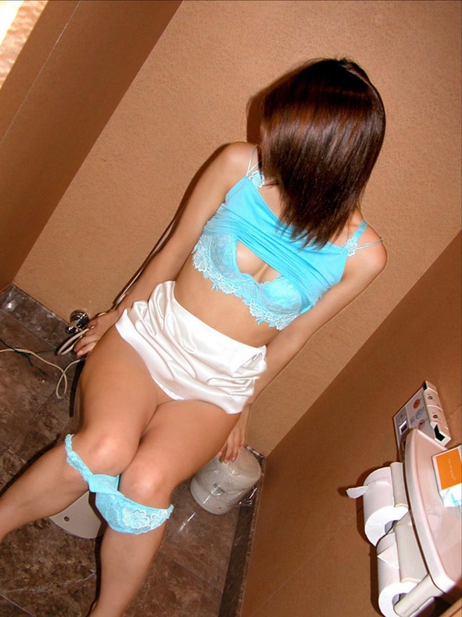 【トイレエロ画像】親しき仲にも…は無視して女のトイレ中に侵入(;^ω^)