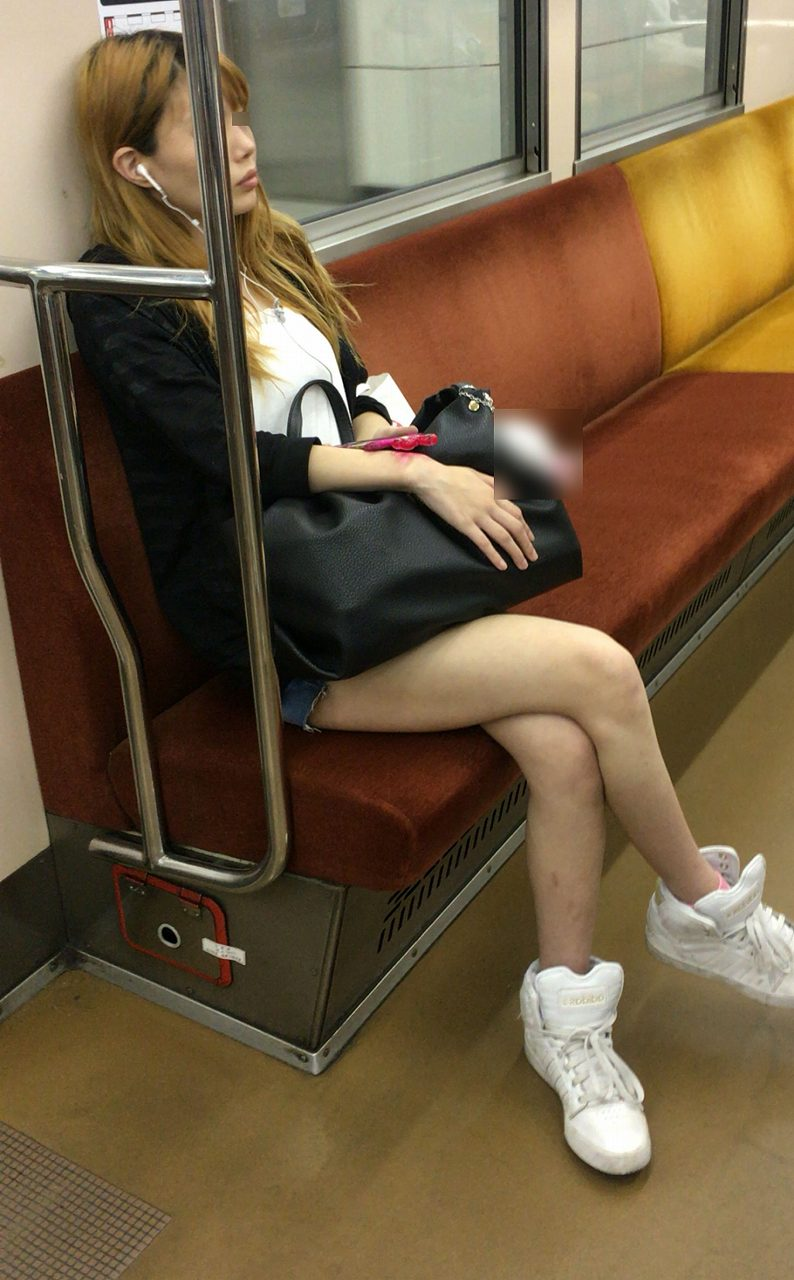 【美脚エロ画像】見過ぎて乗り過ごしに注意!電車内のムッチリ太もも(;゚Д゚)