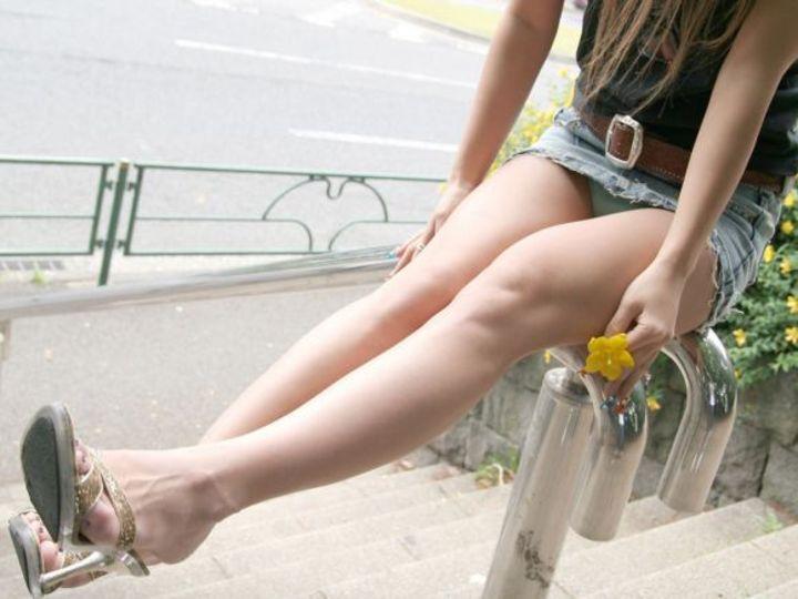 【パンチラエロ画像】ロックオンされた脚の隙間…絶対に見たい座りチラ(;^ω^)