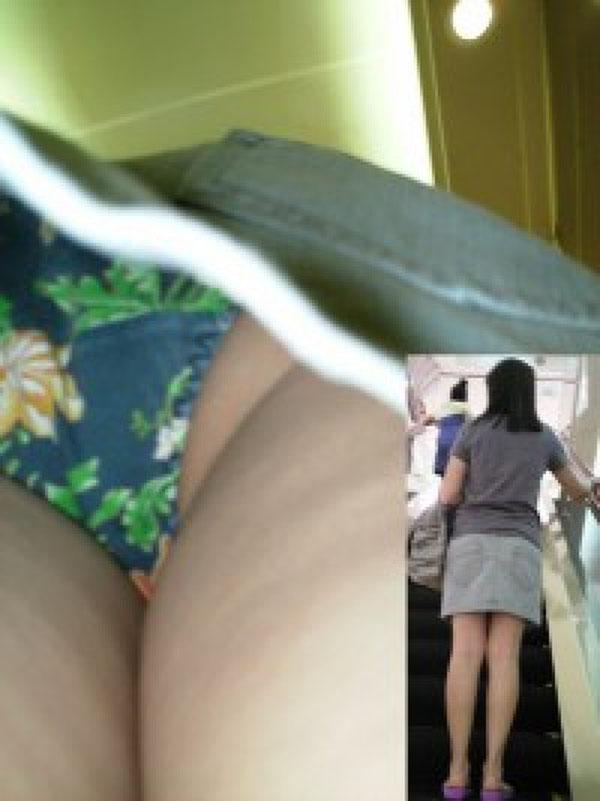 【パンチラエロ画像】生パンでも凄く蒸れてそうな尻を覗く逆さ撮り!(;゚Д゚)