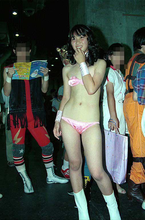 【コスプレエロ画像】前貼りはしているけど…危なっかしいコスプレ女子の下半身(;゚Д゚)