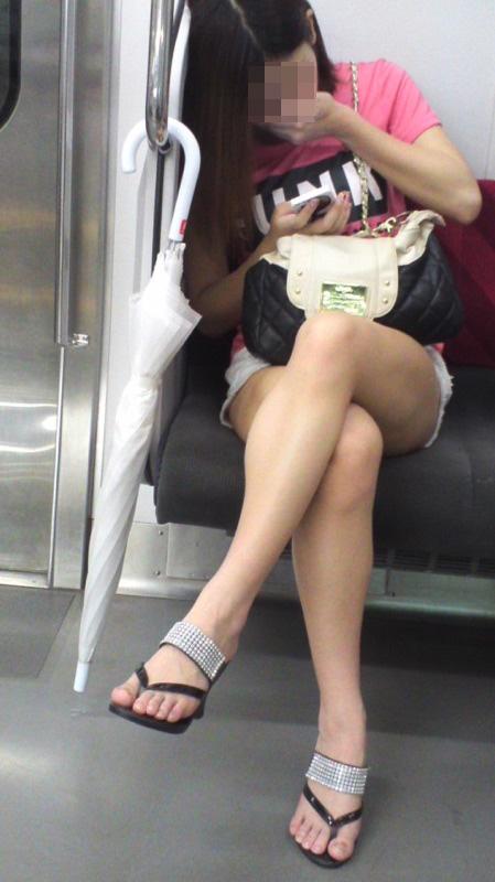 【美脚エロ画像】電車内の一般女性達のムチムチが気になり過ぎる組まれた脚(;´Д`)