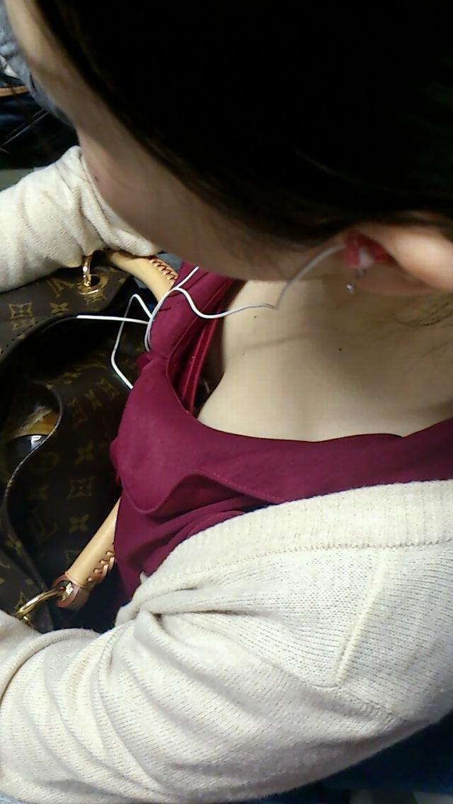 【胸チラエロ画像】緩み切った薄着のお姉さんたちの胸元見えた!(;^ω^)