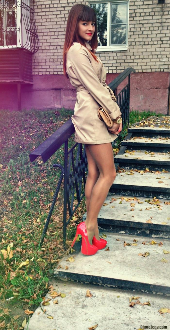 【美脚エロ画像】肉付き良くて長~い美脚を見せびらかす海外女性たち(;゚Д゚)