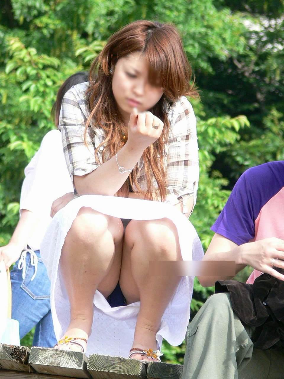 【パンチラエロ画像】ケツが熱くなりそうなところで座りチラする人々(;^ω^)