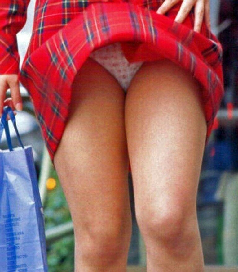 【パンチラエロ画像】風のお蔭で見えっ放しな淑女たちの生パンツ!(;゚Д゚)