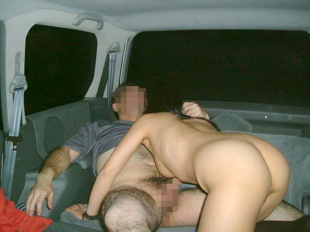 【性交エロ画像】密室じゃねーからw車の中で無理にやらかすカップル達(゚A゚;)