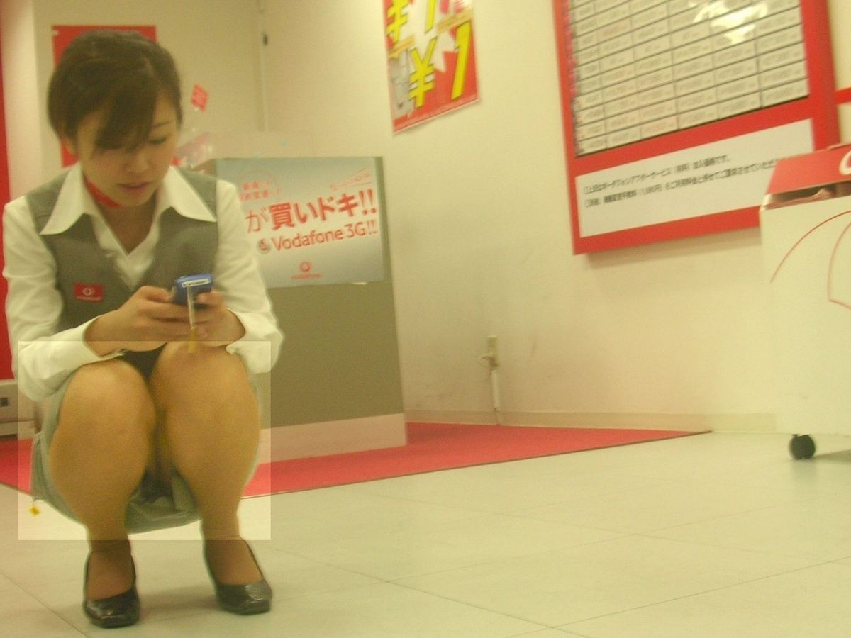 【パンチラエロ画像】スマホでも同じ事が起きてますw電話に夢中な人々のパンチラ(;^ω^)
