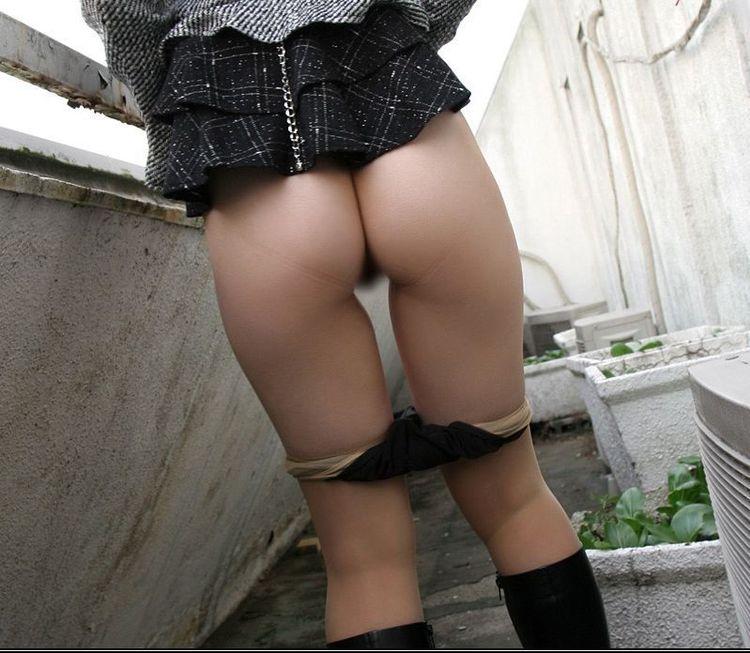【露出エロ画像】猛暑でやるのはどうなのか…性欲満たすための露出をする人々(;^ω^)