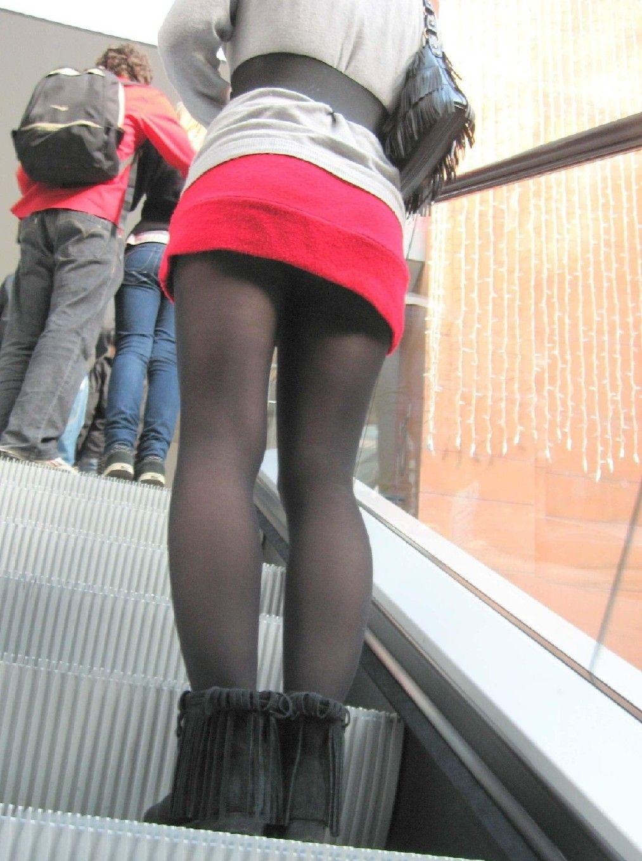 【パンチラエロ画像】王道ローアングルで上にいるミニスカ女子のパンチラゲット!(`・ω・´)