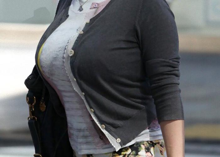 【着胸エロ画像】我々への挑戦かもしれない目立ち過ぎな着衣巨乳の所有者たち(;゚Д゚)