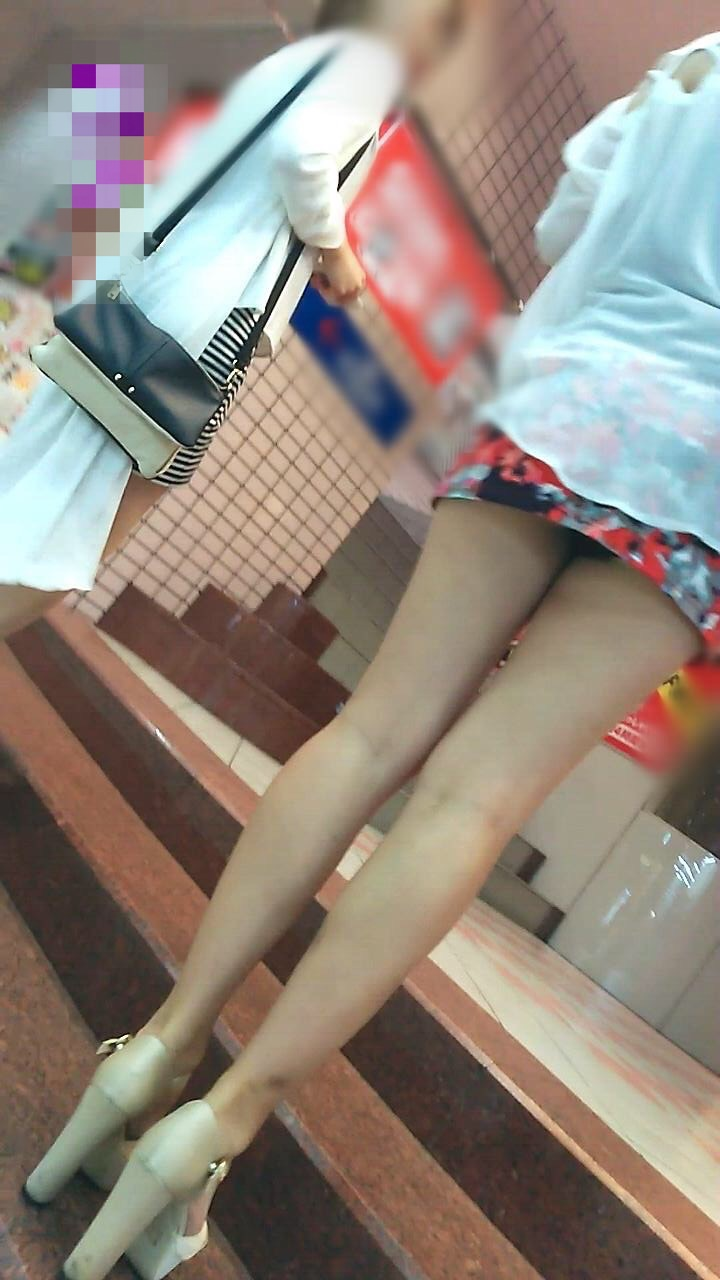 【パンチラエロ画像】斜め上が見どころだからローアングルでパンチラ鑑賞!(;^ω^)