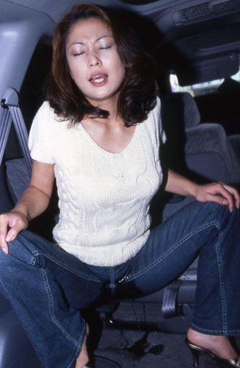 【放尿エロ画像】やっちまった…トイレに行かずに漏らしてしまった人々(;^ω^)